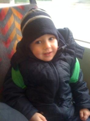 In öffentlichen Verkehrsmitteln und mit eigenem Rucksack unterwegs: Sohn Simon.