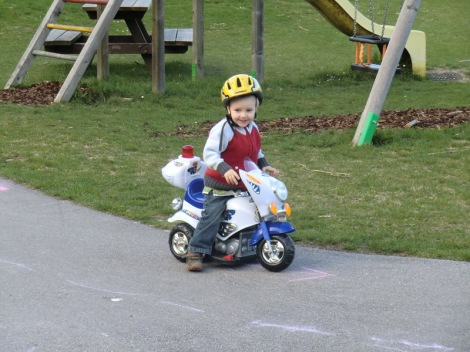 Simon und sein elektrisches Motorrad: Ein Magnet für die anderen Kinder, ein Prestige-Faktor für den Sohnemann und eine Lärmbelästigung für Papi...