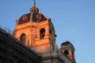 Das Dach des NHM in der Abendsonne