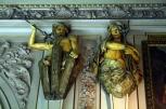 Figuren an den Innenwänden des NHM